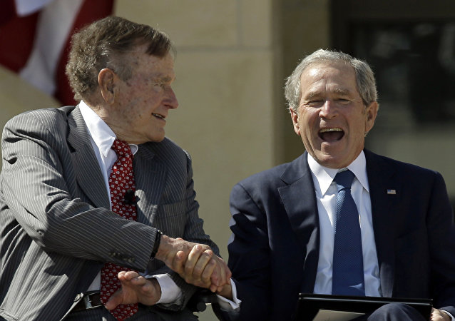 Apretón de manos de George H.W. Bush y su hijo, George W. Bush