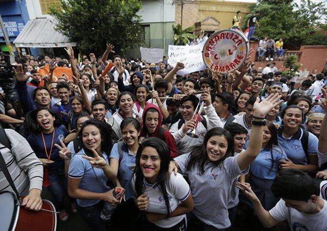 Estudiantes celebran la renuncia de la ministra de educación, Marta Lafuente, en Asunción, Paraguay