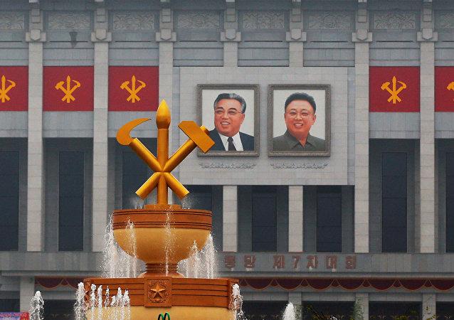Imágenes de los líderes norcoreanos Kim Il-sung y Kim Jong-iI en la Casa de Cultura, donde se celebra el congreso del Partido de los Trabajadores