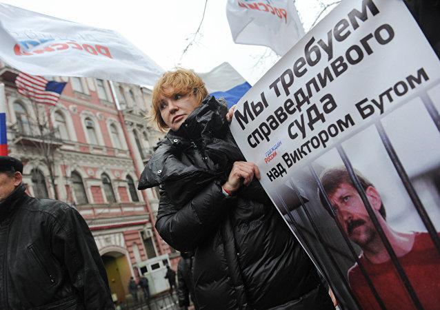 Esposa de Víctor Bout durante la protesta ante el Consulado de EEUU en San Petersburgo