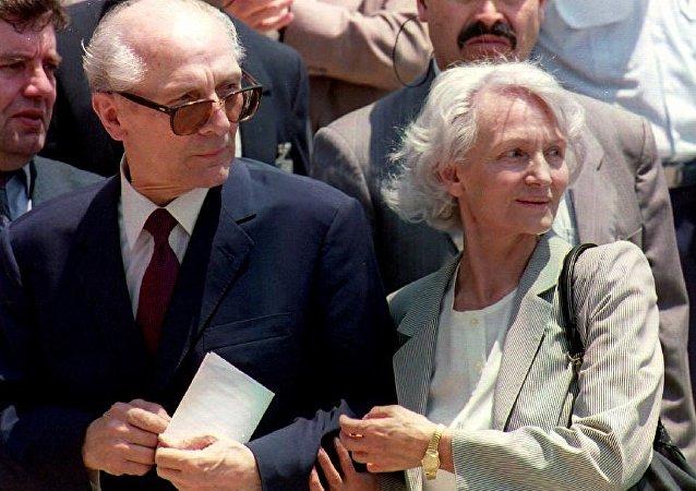 Erich Honecker, último líder de la República Democrática de Alemania, y su esposa, Margot Honecker (archivo)