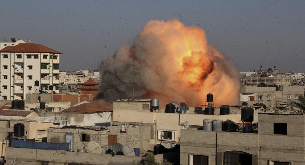 Explosión en una casa en Gaza después de un ataque aéreo por Israel
