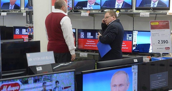 La línea directa con el presidente ruso, Vladímir Putin, en todas las pantallas de una tienda