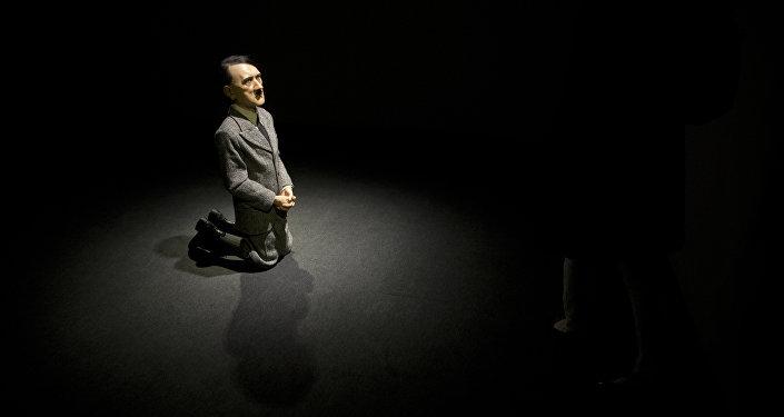 Una estatua Him realizada por el artista italiano Maurizio Cattelan que representa al líder nazi Adolf Hitler