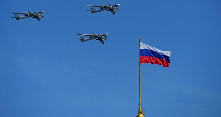 Los portamisiles subsónicos Tu-95 MS durante el Desfile militar en Moscú