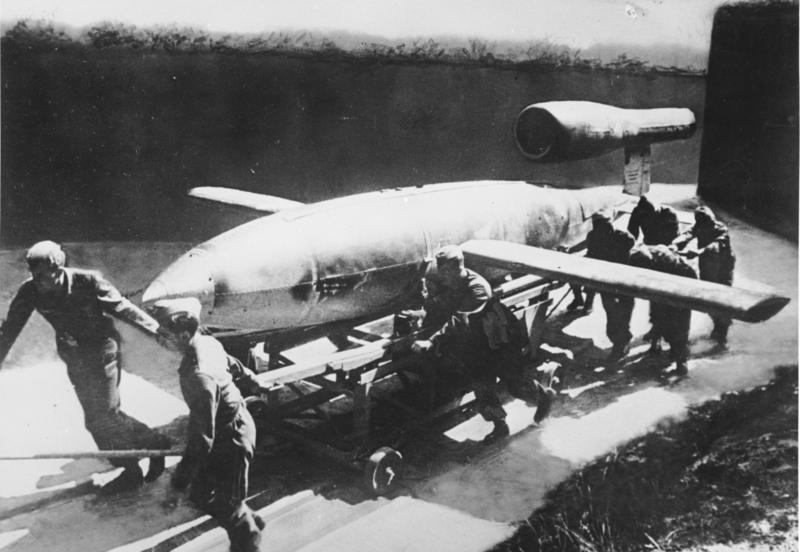 """La tripulación alemana prepara una de """"las bombas voladoras"""" V-1."""