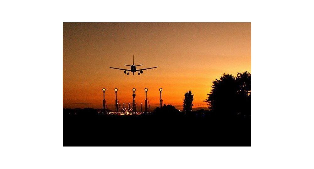 Eurocontrol propone penalizar uso de láseres contra pilotos y controladores aéreos