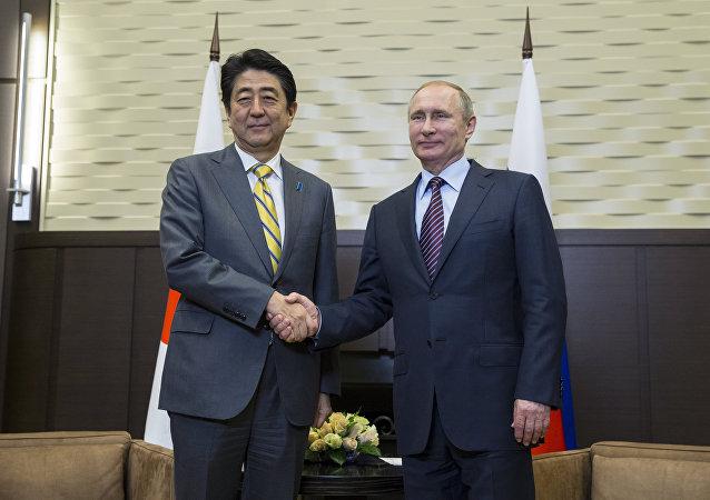 Presidente de Rusia, Vladímir Putin y primer ministro de Japón, Shinzo Abe (archivo)