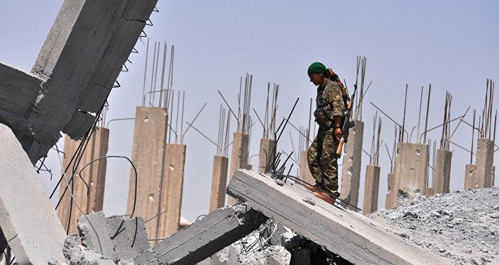 Una militante de las YPG en las afueras de Raqa