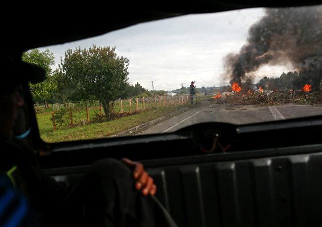 Manifestantes bloquean la carretera durante las protestas en la isla de Chiloé en Chile