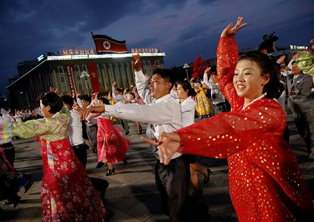 La gente baila en la Plaza de Kim Il-sung tras la manifestación