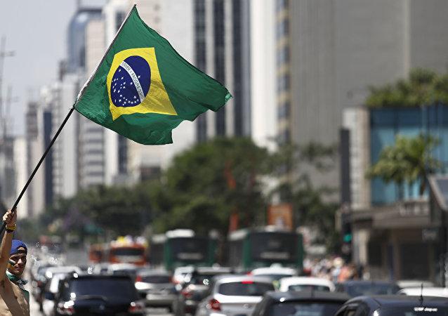 Demonstrante carrega bandeira do Brasil, São Paulo, Brasil, 19 de março de 2016