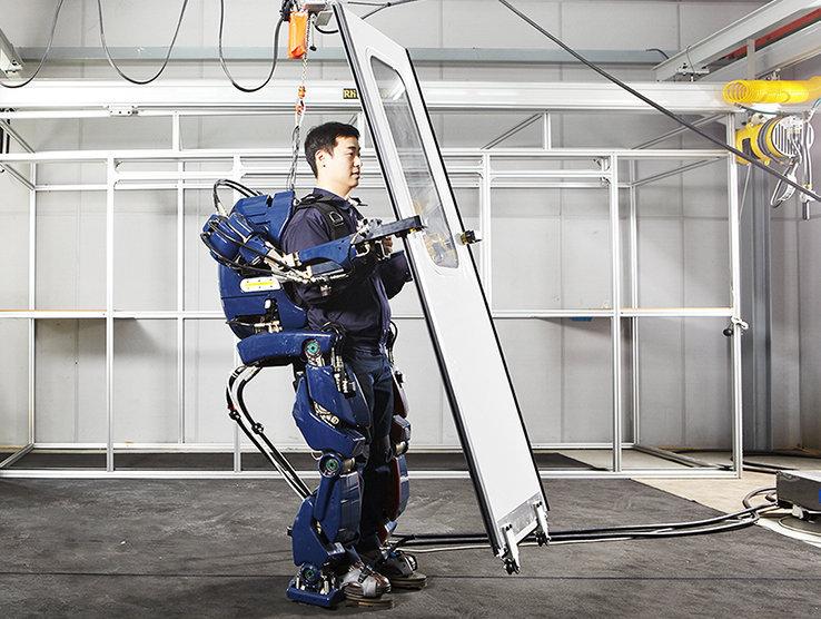 Una de las aplicaciones del 'traje robot' será transportar cargas pesadas