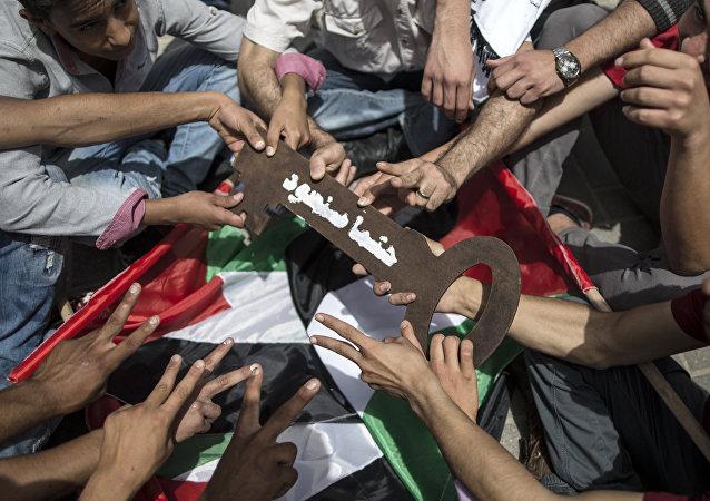 Los palestinos mantienen una llave grande, que simboliza las casas dejadas por los palestinos en 1948