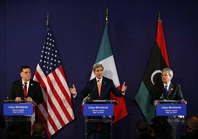 Primer ministro libio, Fayez al-Sarraj, John Kerry, secretario de Estado de EE UU, y canciller italiano, Paolo Gentiloni