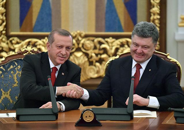 Presidente deTurquía, Recep Tayyip Erdogan y presidente de Ucrania, Petró Poroshenko (archivo)