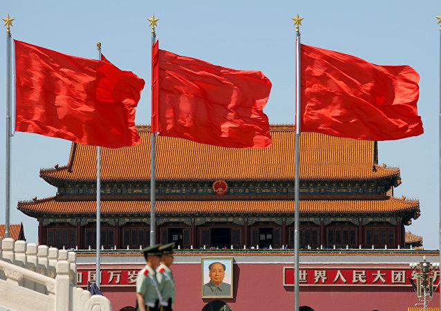 Plaza de Tiananmén donde se ve el retrato de Mao Zedong el día que se cumple medio siglo del inicio de la Revolución Cultural