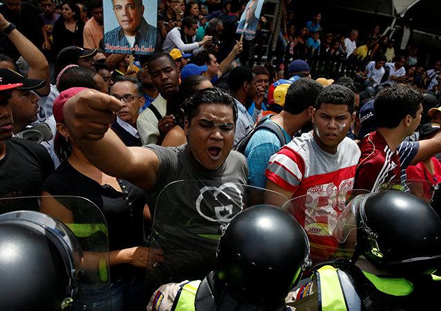 Fuerte presencia policial frustra la marcha opositora en Caracas