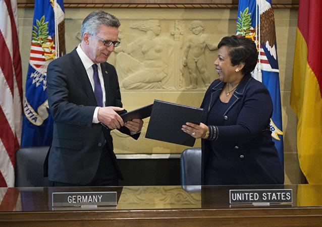 El ministro del Interior de Alemania, Thomas de Maiziere, y la secretaria del Departamento de Justicia de EEUU, Loretta Lynch