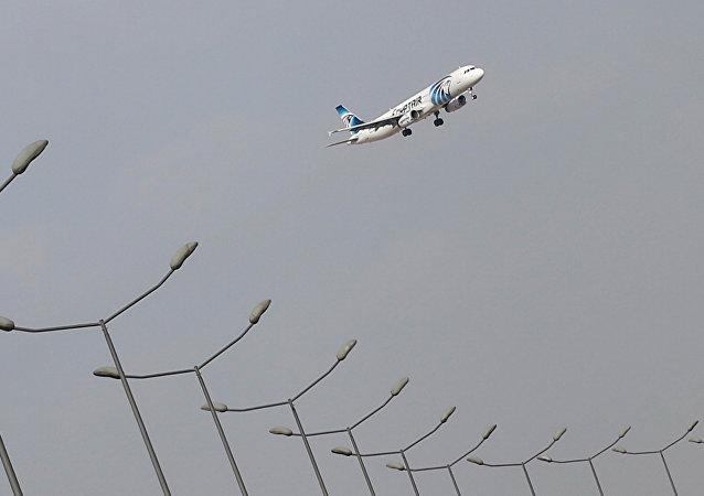 Un avión de EgyptAir aterriza en el aeropuerto de El Cairo