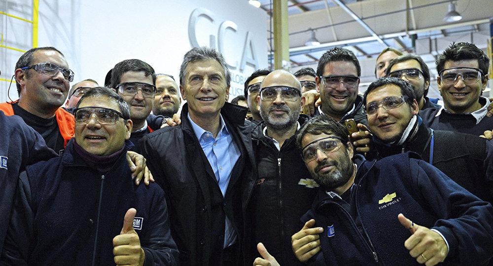 El presidente Mauricio Macri con los obreros en la planta de General Motors ubicado en Rosario