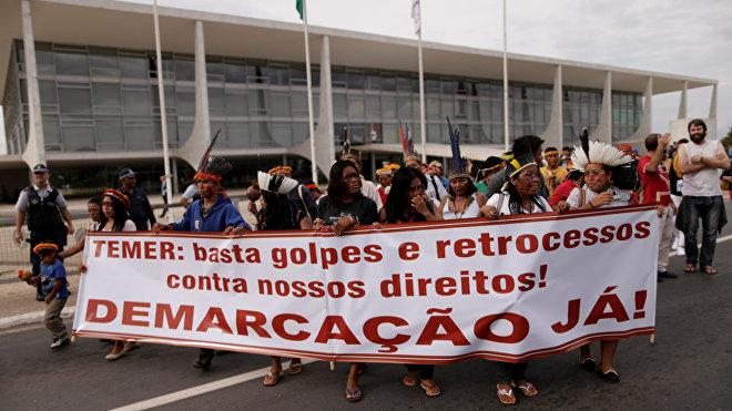 Unos 50 indígenas protestan contra Temer frente a la sede de la Presidencia en Brasil