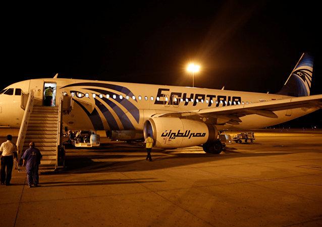 Las fuerzas de seguidad chequean al avión de EgyptAir tras su llegada a Egipto