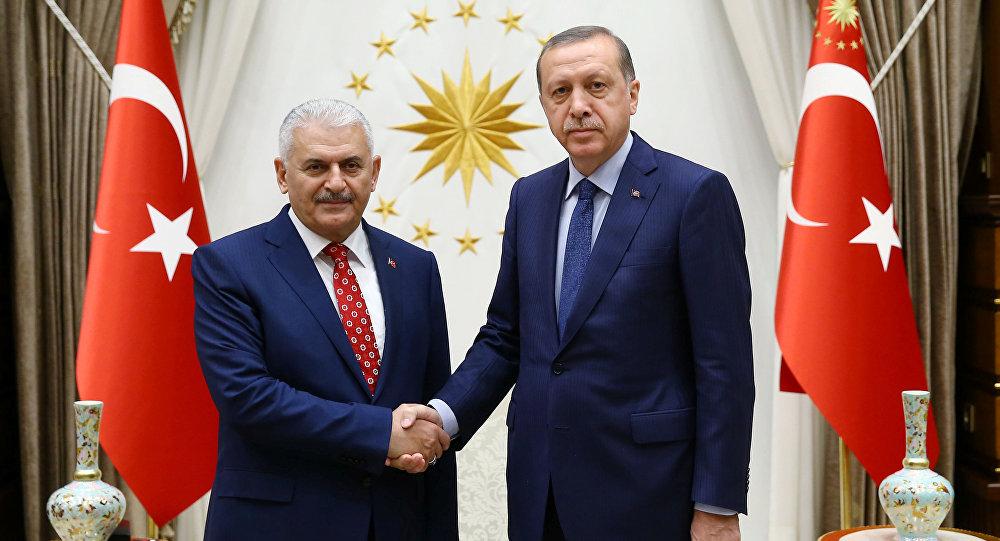 Nuevo presidente del gobernante Partido (AKP) que pronto asumirá como el primer ministro del país, Binali Yildirim y presidente de Turquía, Recep Tayyip Erdogan