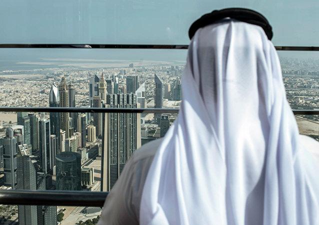 Visitante en el mirador del rascacielos más alto del mundo Burj Khalifa en Dubái, EAU