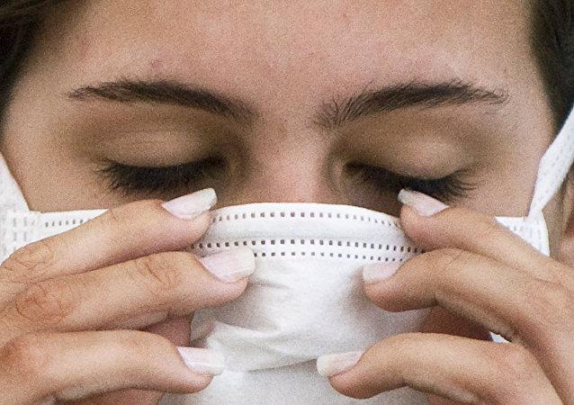 Una mujer brasileña antes del examen para detectar la influenza H1N1