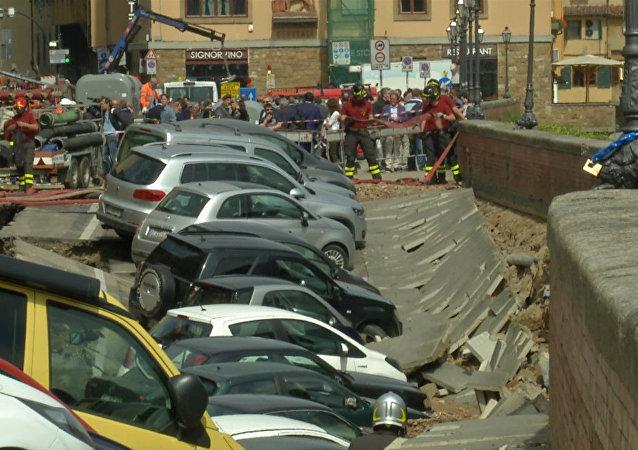 Al menos 20 coches caen en un foso en el centro de Florencia