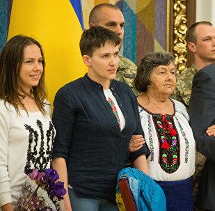 El presidente de Ucrania, Petró Poroshenko (dcha.) y la piloto ucraniana, Nadezhda Sávchenko (segunda de la izda.)