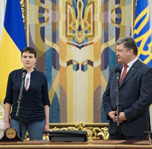 La militar ucraniana, Nadezhda Sávchenko y el presidente del país, Petró Poroshenko