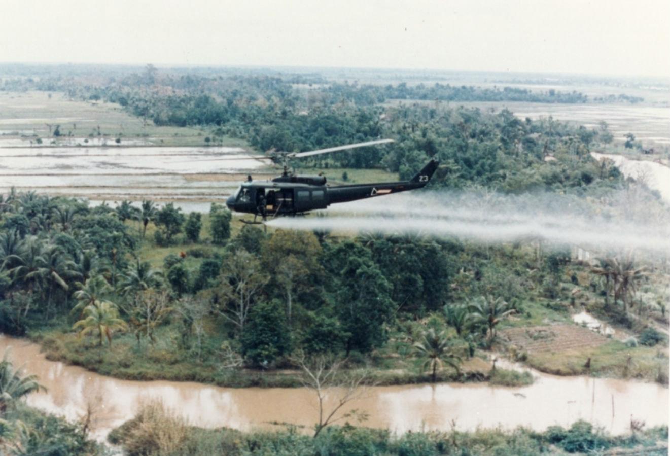 Helicóptero del Ejército de EEUU echa 'el agente naranja' sobre los campos vietnamitas