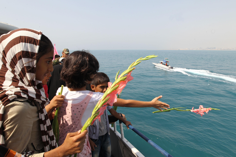 Niños iraníes tiran flores al mar en memoria del 24 aniversario de la tragedia del vuelo 655 de Iran Air