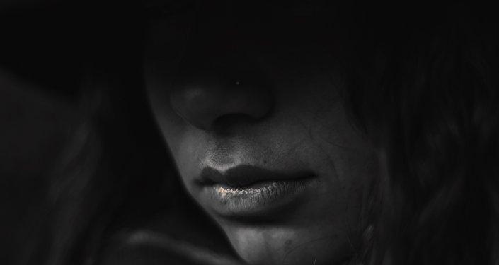 Una mujer en la oscuridad