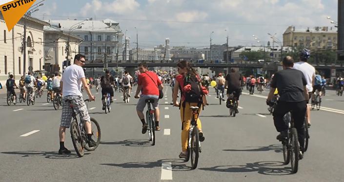 Más de 30.000 moscovitas participaron en el desfile ciclista de Moscú el domingo 29 de mayo.
