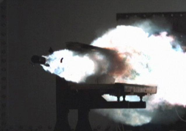 Disparo de un cañón de riel (imagen referencial)