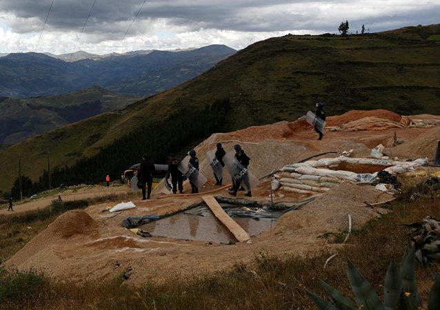 Liquidación de los campos utilizados para la extracción ilegal del oro en Perú