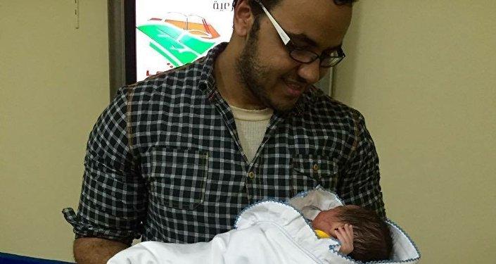Moamen Mokhtar, periodista egipcio, y su hijo Putin