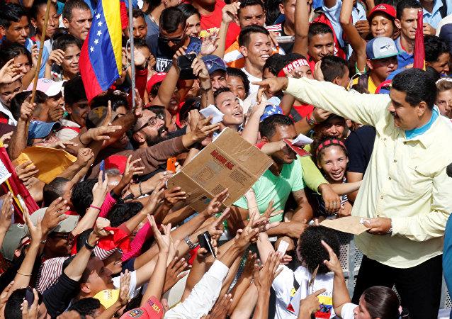 Presidente de Venezuela, Nicolás Maduro, y sus partidarios