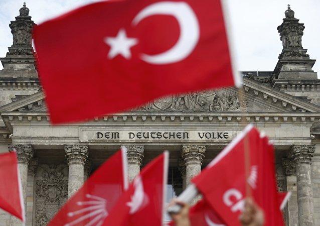 Banderas de Turquía con Bundestag al fondo