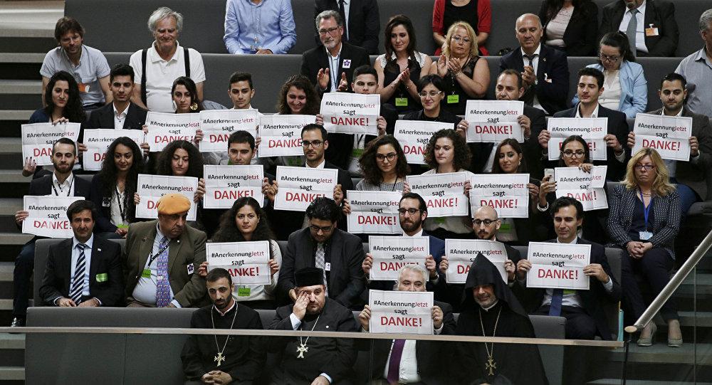 Miembros de la comunidad armenia dicen 'Gracias' al Parlamento alemán por el reconocimiento del genocidio del 1915