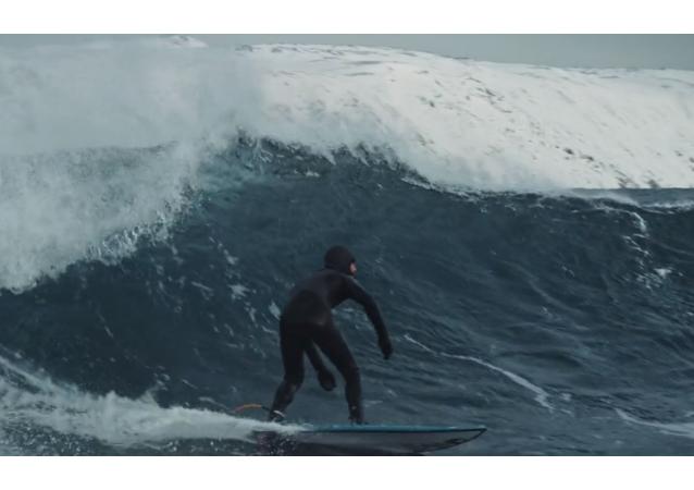 Travesura de tres surfistas rusos en el Ártico