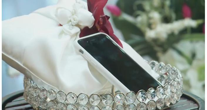 Ceremonia de boda de Aaron Chervenak y su teléfono inteligente en Las Vegas