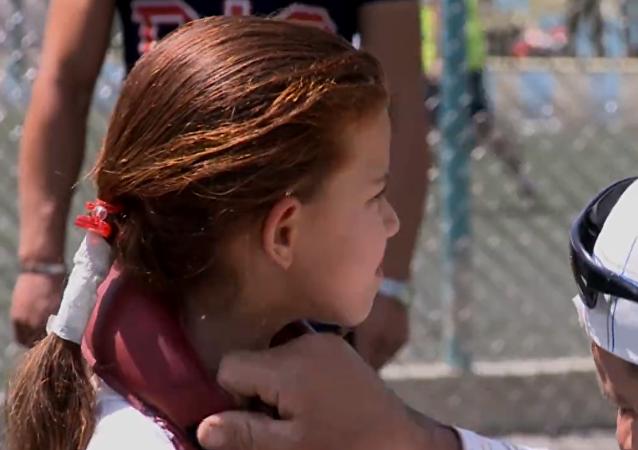 Una 'Rapunzel' de ocho años arrastra dos motos con su pelo