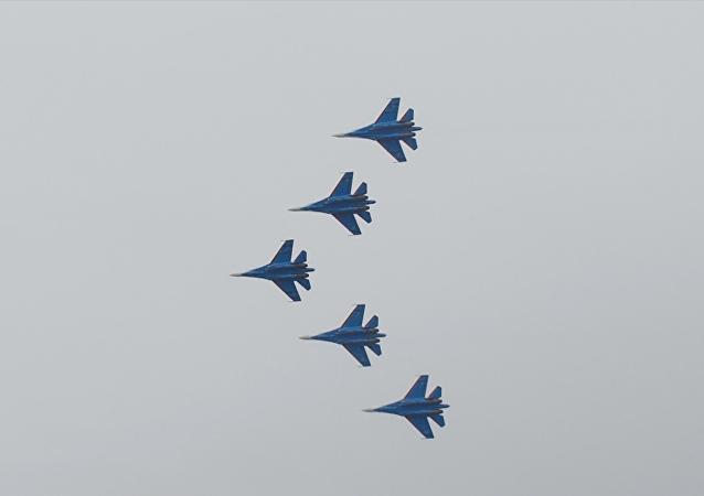 Increíbles acrobacias aéreas en el cielo de Crimea