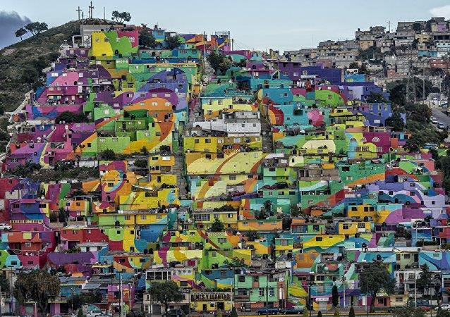 La vista general del cerro 'Las Palmitas' con el macromural compuesto por 209 casas pintadas