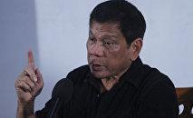 Rodrigo Duterte, presidente de Filipinas con la bandera de Filipinas