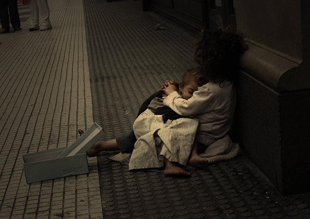 Pobreza en Latinoamérica afecta sobre todo a mujeres y niños, según secretaria de Cepal